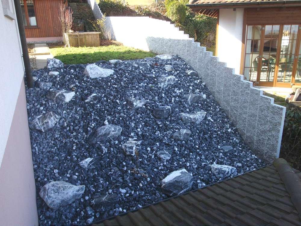 Sichtschutz Und Steine Im Garten